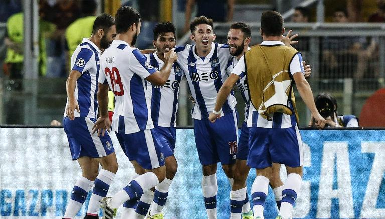 Mexicanos del Porto festejan gol contra la Roma