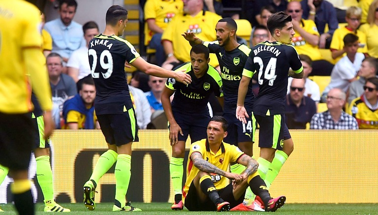 Jugadores felicitan a Alexis después de anotarle al Watford
