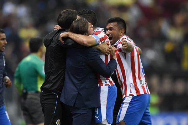Matías Almeyda celebra con sus jugadores