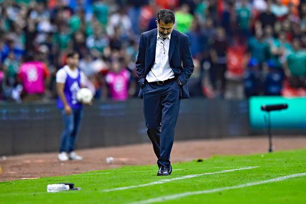 Juan Carlos Osorio, cabizbajo en juego del Tri