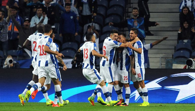 Jugadores del Porto celebran el gol de Otavio