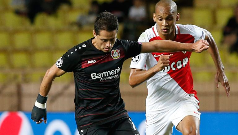 Thumbnail Chicharito conduce el balón en juego contra el Mónaco