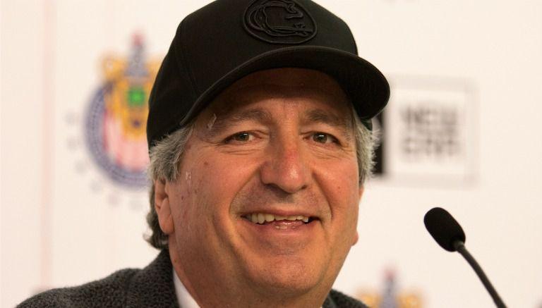 Thumbnail Jorge Vergara durante la presentación de los nuevos diseños de gorras de Chivas