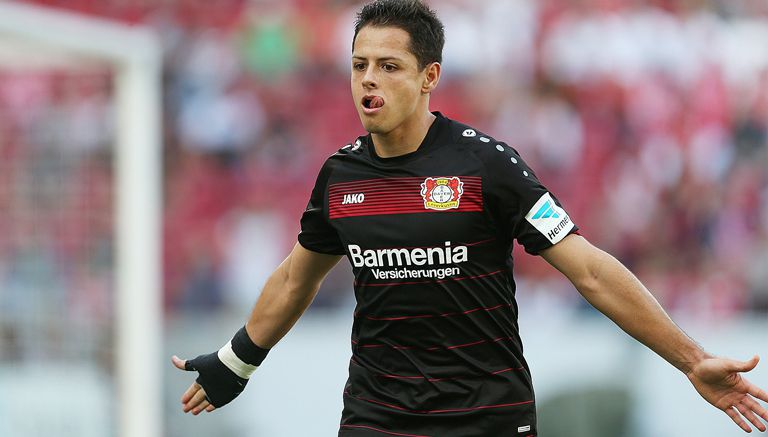 Chicharito celebra uno de sus goles contra el Mainz