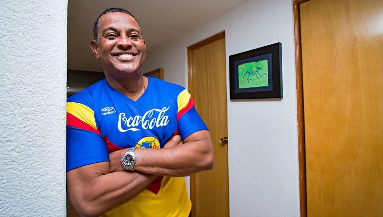 El 'Negro' Santos posa con la playera del América