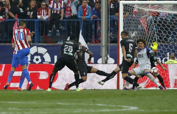 Ochoa intenta atajar un disparo en el duelo frente al Atlético de Madrid