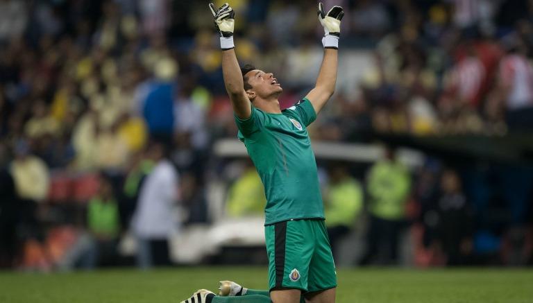 Thumbnail Toño Rodríguez levanta los brazos en el Azteca