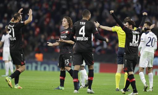 Jugadores del Leverkusen festejan tras vencer a Tottenham