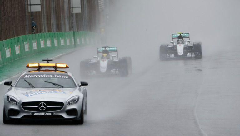 El Safety Car sale a la pista durante el GP de Brasil