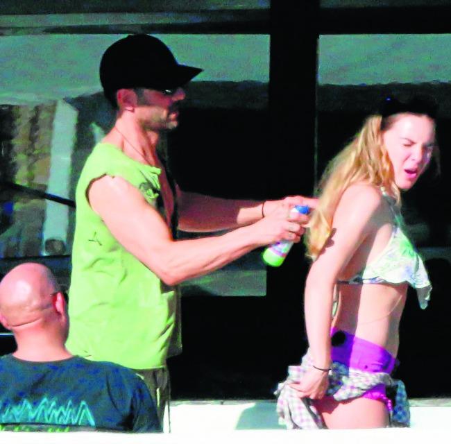 Criss Angel coloca bronceador a la famosa cantante mexicana