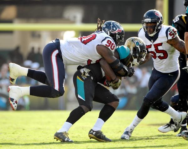 Jadeveon Clowney de Houston tacklea a un jugador de Jacksonville