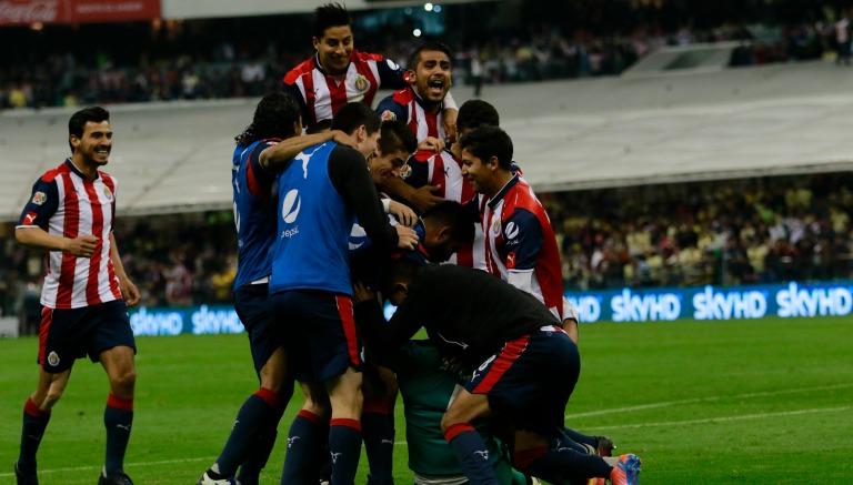 Jugadores de Chivas festejan triunfo en Clásico