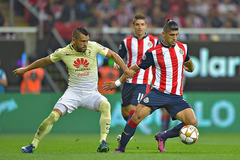Pulido protege el balón en Clásico Nacional