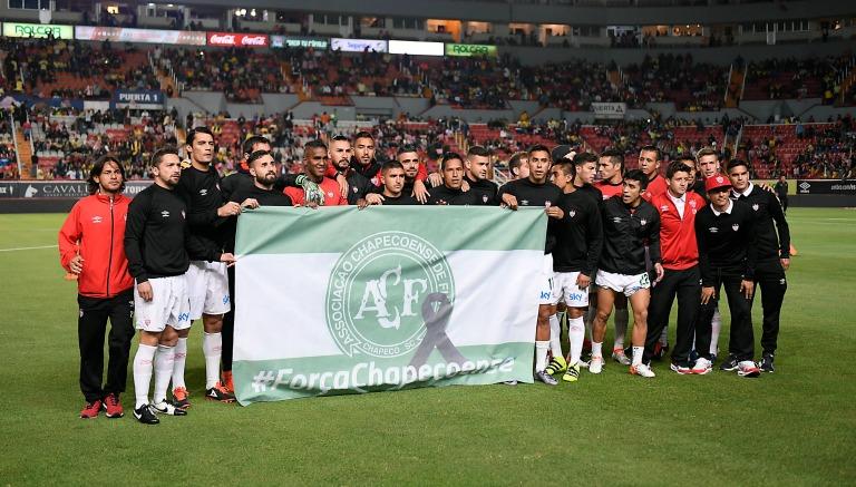 Thumbnail Futbolista de Necaxa muestra una bandera del Chapecoense