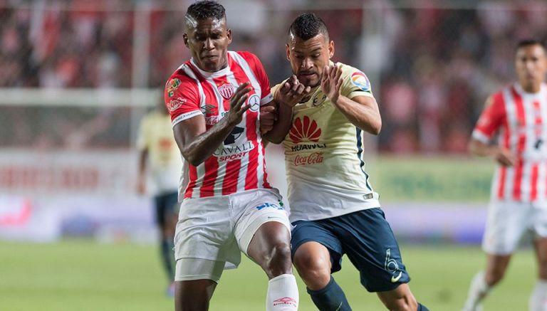 Thumbnail Miguel Samudio pelea por el balón en juego contra Necaxa