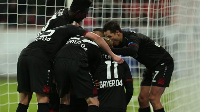Wendell es felicitado tras su gol de penalti