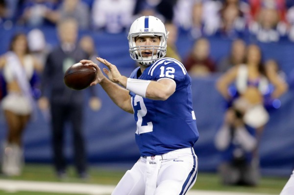 Andrew Luck intentando lanzar un pase