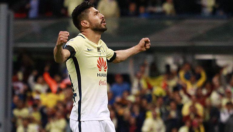 Peralta celebra con la afición un tanto en el Apertura 2016