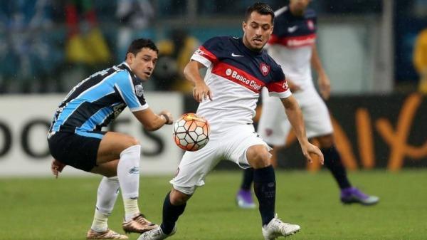 Sebastián Blanco pelea un balón durante un juego entre San Lorenzo y Gremio