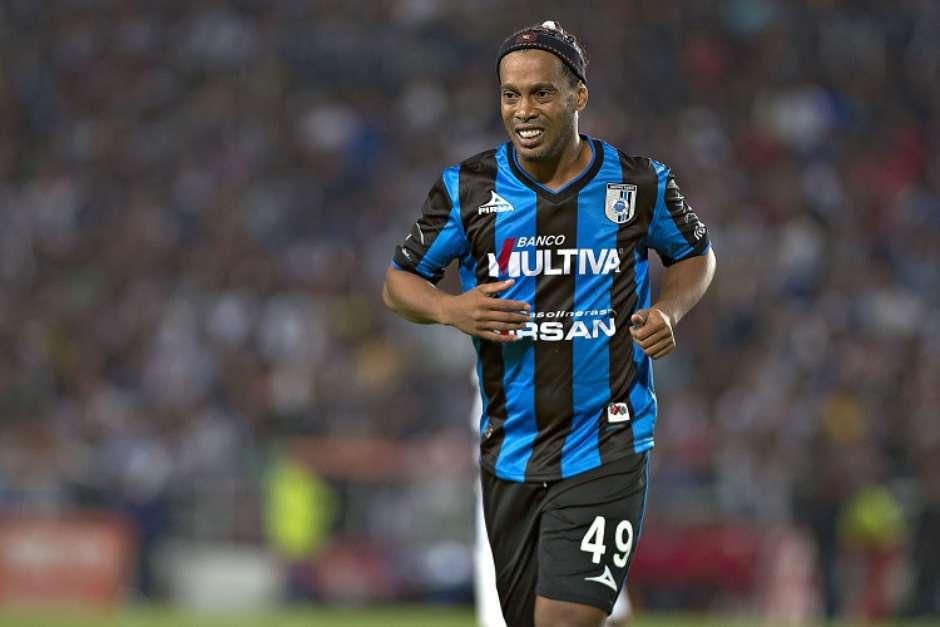 Ronaldinho, con la playera del Querétaro