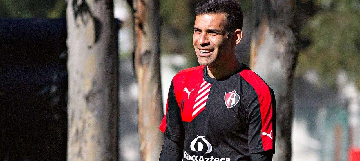 Rafa Márquez ríe durante un entrenamiento