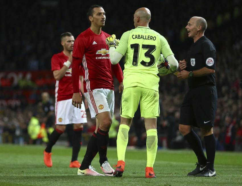 Zlatan confronta a Caballero durante el Derbi de Manchester