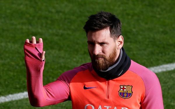 Messi saluda a un grupo de fans en un entrenamiento del Barcelona