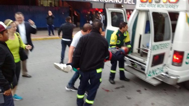 Niño es trasladado en la ambulancia tras el trágico incidente