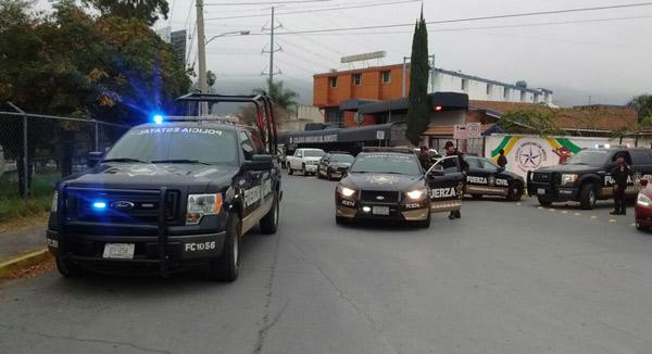 Elementos de la policía llegan a la zona de la tragedia
