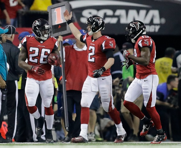 Matt Ryan celebra con parte de su ofensiva un TD de Atlanta