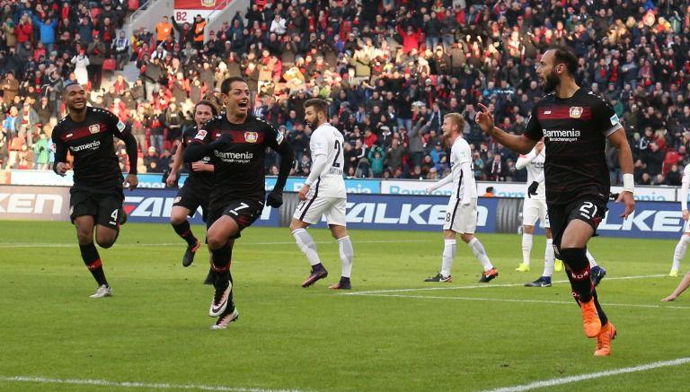 Chicharito celebra con Toprak el primer gol del Leverkusen