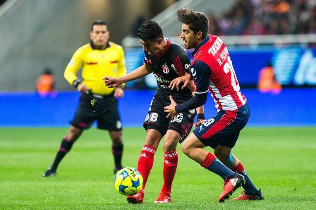 Pizarro intenta quitarle el balón a Joe Corona