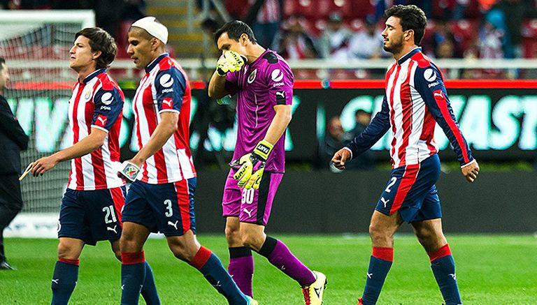 Jugadores de Chivas abandonan el campo tras derrota con Xolos