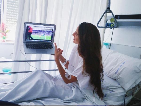Lucía Villalón, en el hospital viendo un paritdo de Chicharito