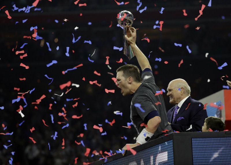 Brady sostiene el Vince Lombardi en el SB LI