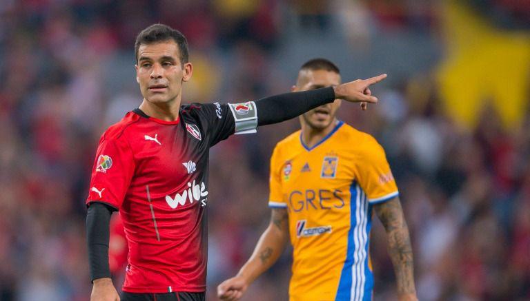 Rafa Márquez da instrucciones en el duelo frente a Tigres