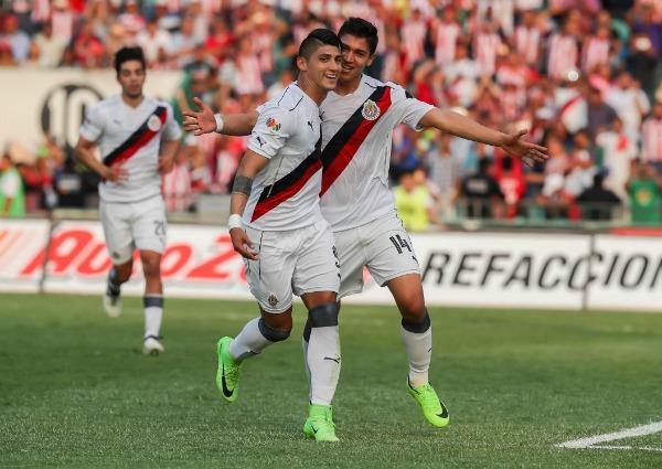 Alan Pulido celebra junto a Zaldívar el mencionado penalti