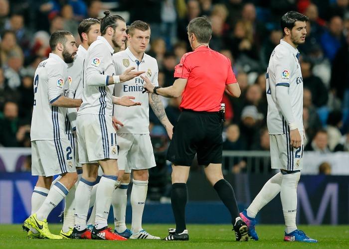 Futbolistas del Real Madrid reclaman al árbitro en el Bernabéu