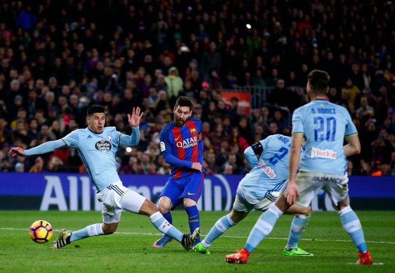Messi remata a gol durante el juego contra el Celta