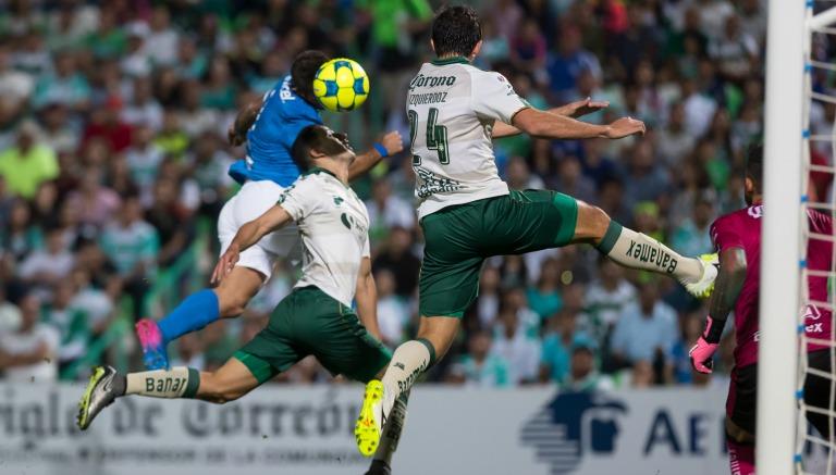 Cabezazo de Cauteruccio para el primer tanto azul contra Santos