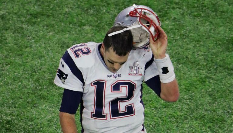 Tom Brady sale decepcionado de la cancha durante el SB LI