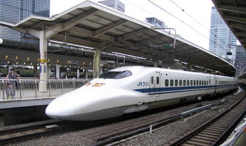 Un tren bala saliendo de una estación