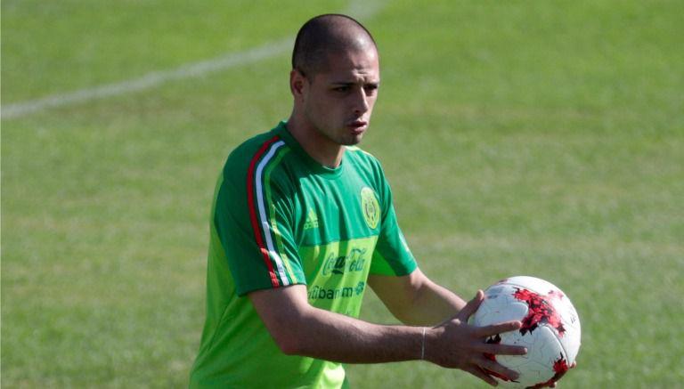 Javier Hernández, durante un entrenamiento con el Tri