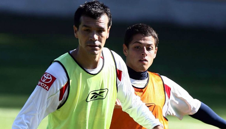 Chicharito y Borgetti pelean un esférico en un entrenamiento de Chivas
