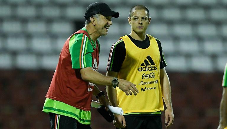 Juan Carlos Osorio junto a Chicharito en un entrenamiento
