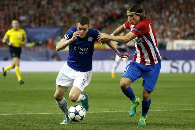 Filipe Luis pelea el balón con Vardy en el Calderón