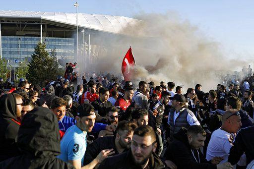 Los ultras turcos huyen de las bombas de humo tras enfrentarse a la policía
