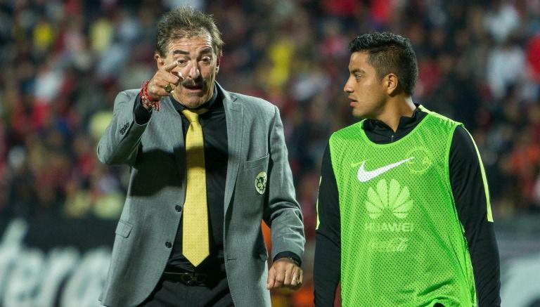 La Volpe habla con el jugador Luis Amador