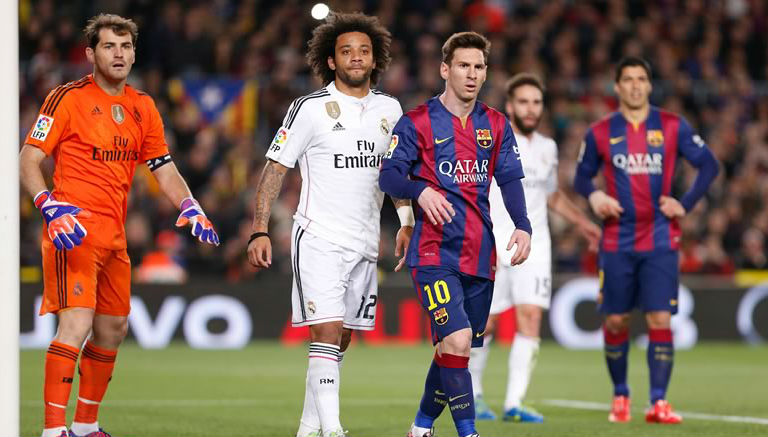 Un artista plasma en Barcelona un beso entre Messi y Cristiano Ronaldo