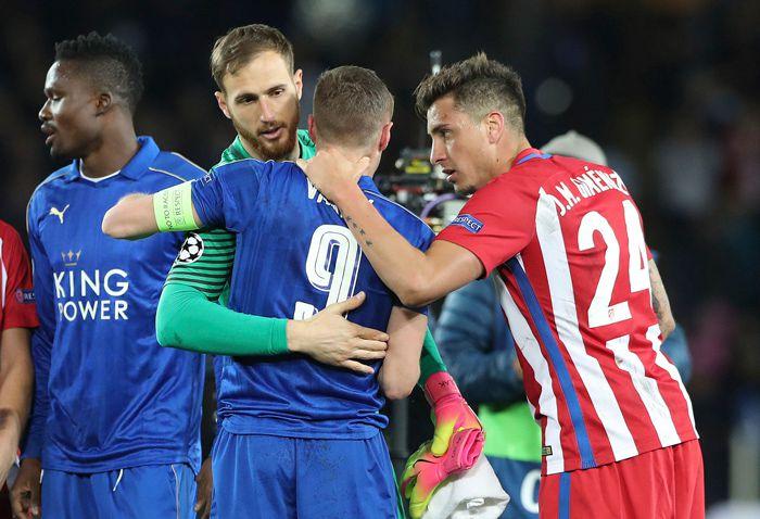 Jugadores del Leicester se consuelan tras ser eliminados por el Atlético